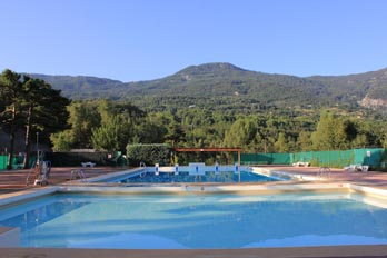 La piscina comunale, con acqua riscaldata, vicino al campeggio