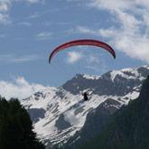 Entdecken Sie die Landschaften und Ausblicke auf die Hautes-Alpes mit einem Gleitschirm in Ceillac oder Saint-Véran in der Nähe von Guillestre und des Campingplatzes.