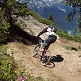 Entdecken Sie das Mountainbiken, alleine, zu mehreren oder mit Ihrer Familie bei einem Erlebnisausflug, oder wählen Sie eine größere Herausforderung wie Mountainbike Downhill oder Enduro. Fans von Rennen können am Raid Vauban, Enduro des Forêt Blanche oder Alps Epic teilnehmen!