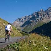 Entdecken Sie das Rennradfahren und die Tour de France über die mythischen Pässe wie den Izoard, den Galibier oder den Vars-Pass ganz in der Nähe des Campingplatzes La Rochette in Guillestre.