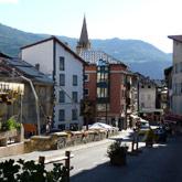 Découvrez le petit village de Guillestre et son camping avec piscine municipale.