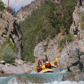 Profitez de vos vacances dans les Hautes-Alpes pour découvrir les activités d'eau vive tel que le raft. Toutes ces activités son accessibles facilement depuis le camping à Guillestre.