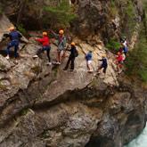 Profitez de vos vacances dans les Hautes-Alpes pour découvrir les activités outdoor tels que le canyoning. Des activités à faire facilement en couple, seul ou en groupes. Proches du camping la Rochette 3 étoiles de Guillestre dans les Hautes-Alpes. Un logement idéal.