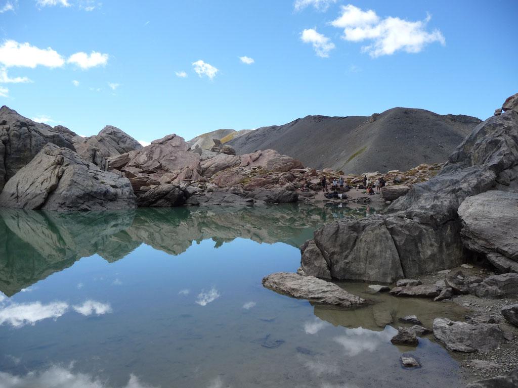 Maak wandeltochten in de bergen en langs het prachtige meer le lac des 9 couleurs in de regio - Office de tourisme bergen ...