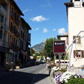 Te voet door Guillestre en geniet van de restaurants, bars en winkels, niet ver van de camping.