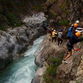 Geniet van uw vakantie in les Hautes-Alpes en van de openlucht activiteiten zoals Via-Feratta. Activiteiten die makkelijk met zijn tweeën, alleen of met een groep gedaan kunnen worden. Dichtbij de 3-sterren camping la Rochette in Guillestre met een openbaar zwembad en tennisbaan.